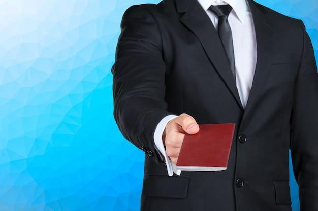 Empresário de viagem entregando passaporte