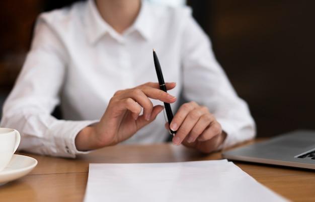 Empresário de vista frontal, segurando uma caneta