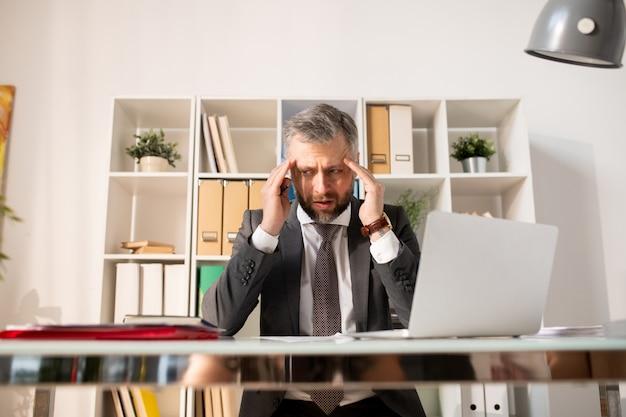 Empresário deprimido confundido com papelada
