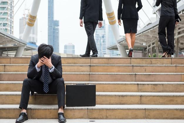 Empresário deprimido sente-se na cidade