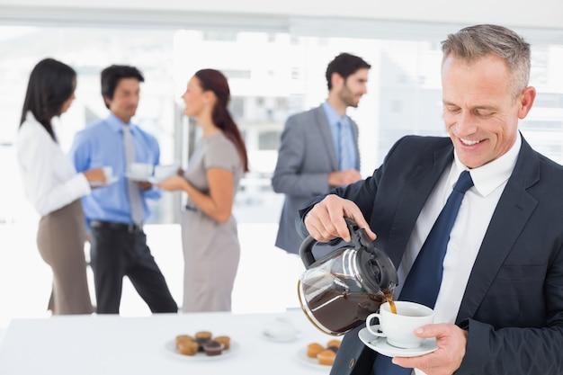Empresário derramando-se um pouco de café