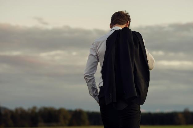 Empresário desanimado em pé ao ar livre