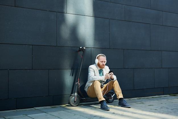 Empresário descansando na rua da cidade