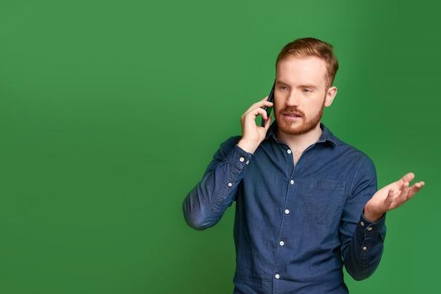 Empresário descontente, falando no telefone