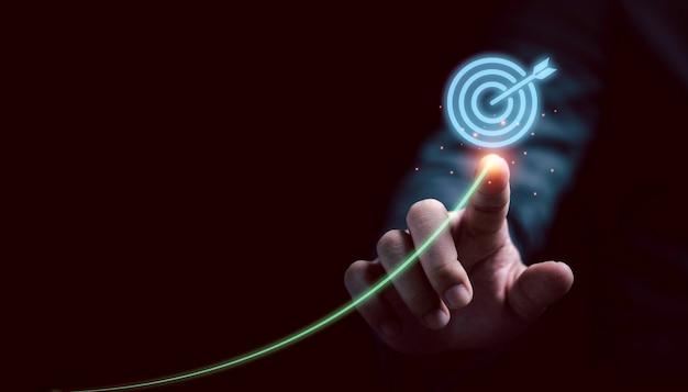 Empresário, desenhando e escrevendo tendência virtual para o destino para o plano de negócios de configuração e o conceito de destino objetivo.