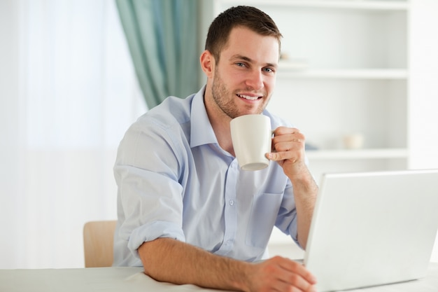 Empresário, desfrutando de uma xícara de café