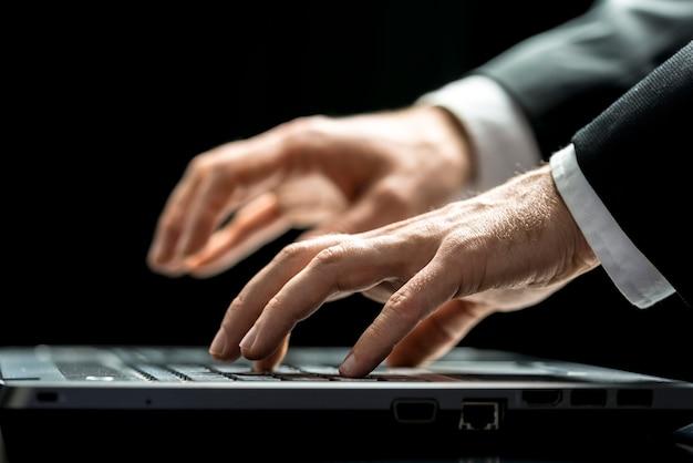 Empresário digitando no seu computador portátil