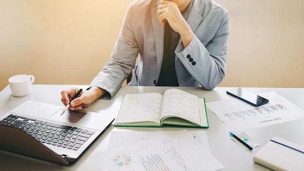 Empresário discute e analisa o resultado das estatísticas financeiras da empresa