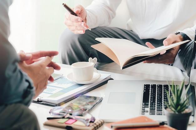 Empresário discutindo algo positivo com seu colega maduro.