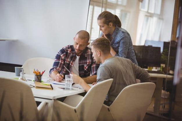 Empresário discutindo com o colega durante reunião