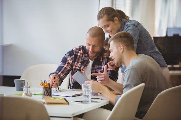 Empresário discutindo com o colega na sala de reuniões