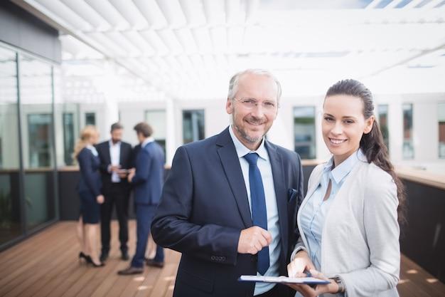 Empresário discutindo documento com um colega
