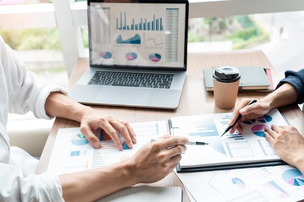 Empresário discutir explicando novas informações de tendências em um documento.
