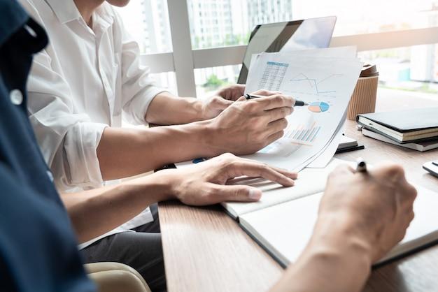 Empresário discutir explicando novas informações de tendências.