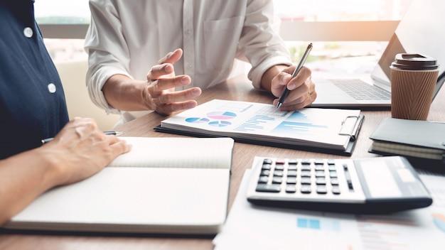 Empresário discutir explicando novas informações sobre as tendências de um documento com colega de trabalho