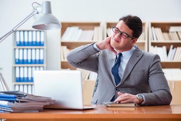 Empresário doente no escritório