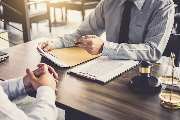 Empresário e advogado masculino ou juiz consultar tendo reunião da equipe com o cliente