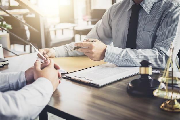 Empresário e advogado masculino ou juiz consultar