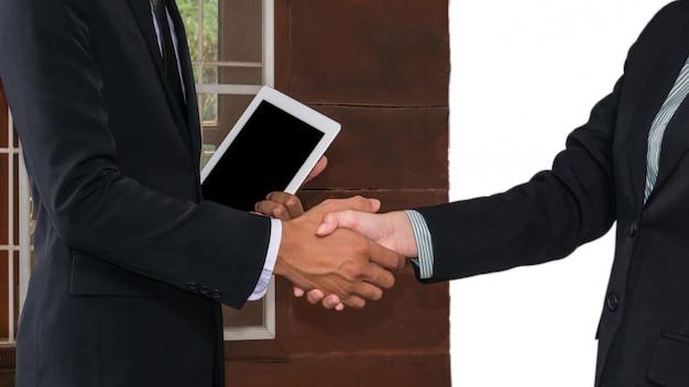 Empresário e empresária apertando a mão