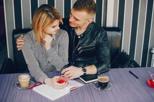 Empresário e empresária em um café
