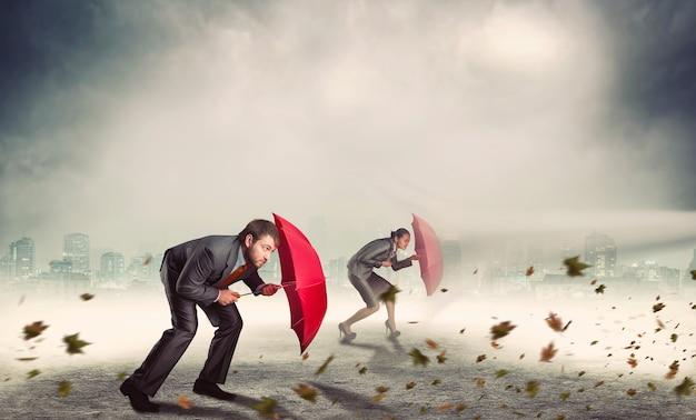 Empresário e empresária na tempestade