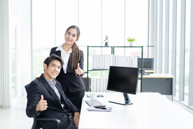 Empresário e empresária no local de trabalho