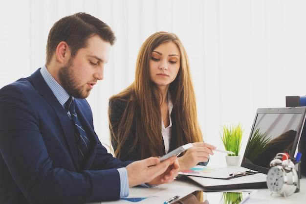 Empresário e empresária reunião no escritório moderno