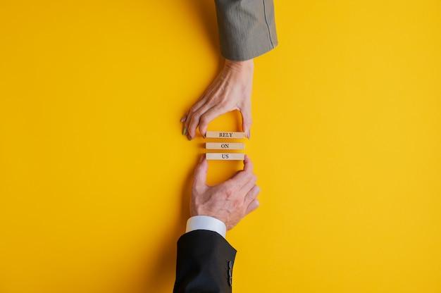 Empresário e empresária trabalhando em equipe para fazer uma confiança