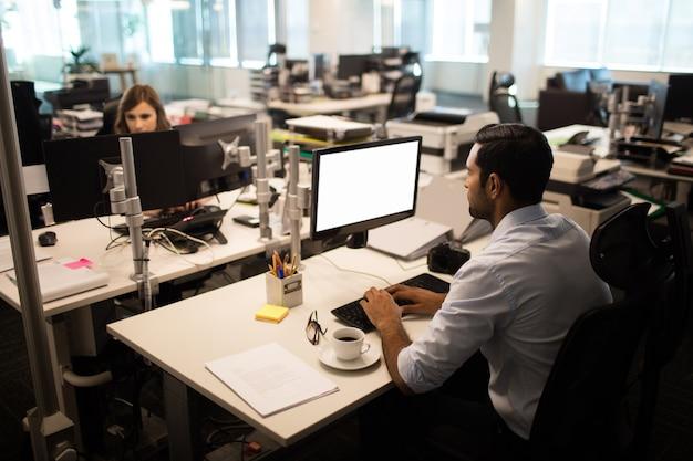 Empresário e empresária trabalhando no escritório