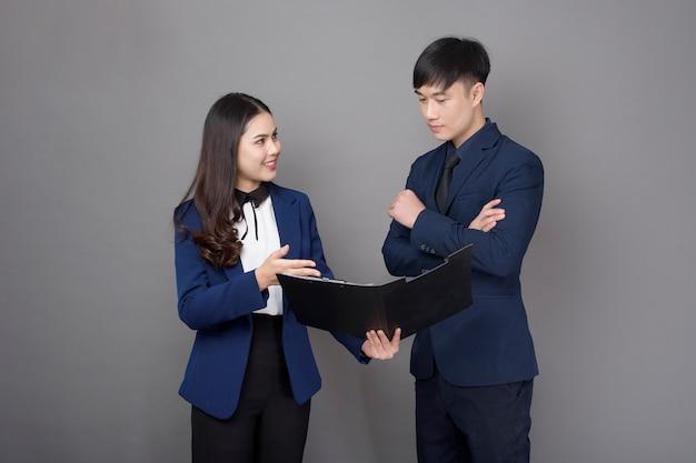 Empresário e mulher de negócios consultor profissional