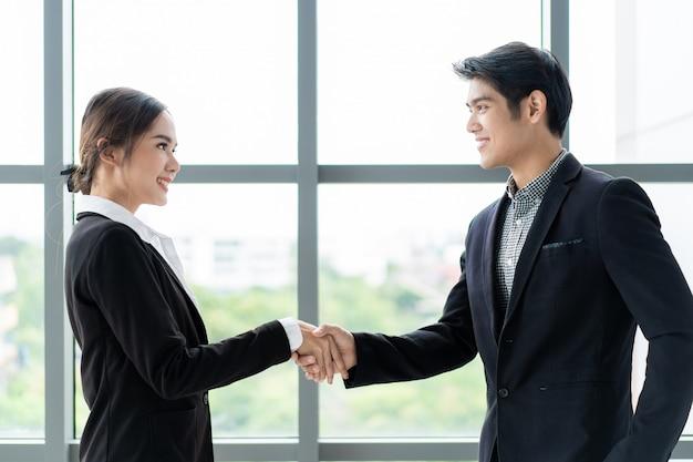 Empresário e mulher de negócios fazendo um aperto de mão depois da conversa de negócios. conceito de pessoas de negócios profissionais.