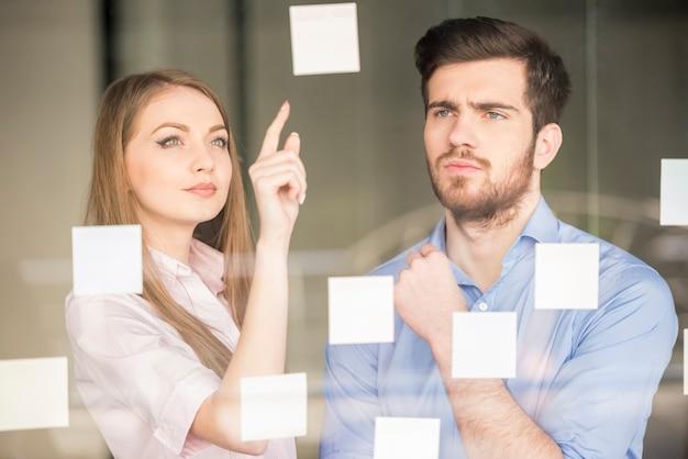 Empresário e mulher de negócios trabalhando em novo projeto.