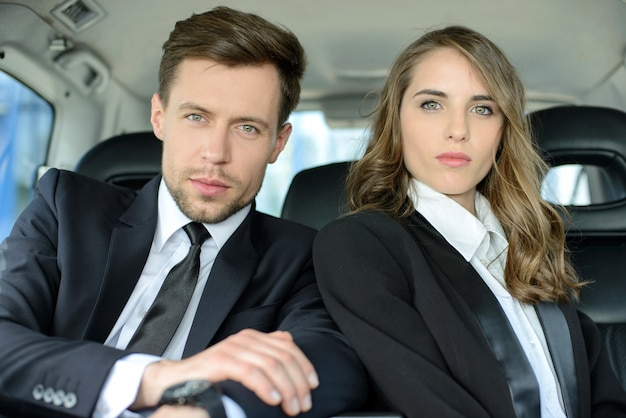 Empresário e mulher de negócios viajando juntos.