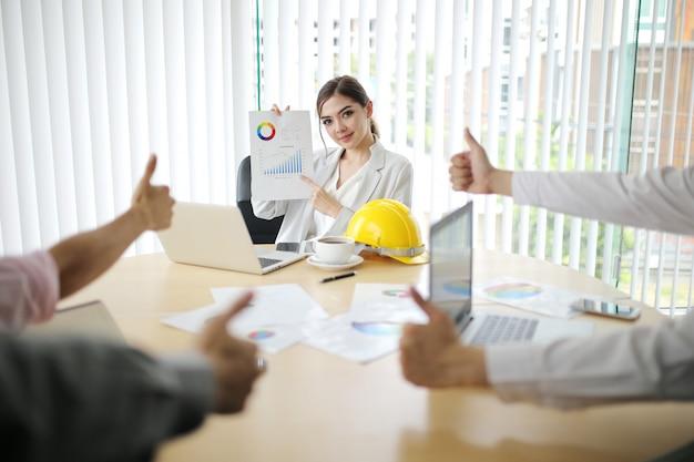 Empresário e mulher inteligente grupo de pessoas presente explicando colegas mais recentes dados financeiros de lucro