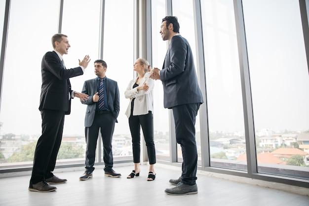 Empresário e mulheres de negócios discutem na sala de reuniões