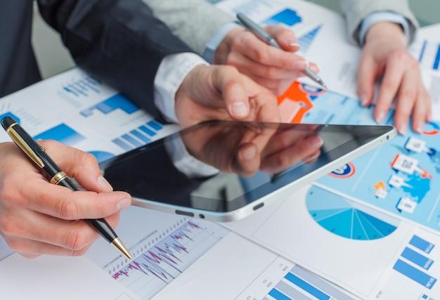 Empresário e tablet pc em segundo plano
