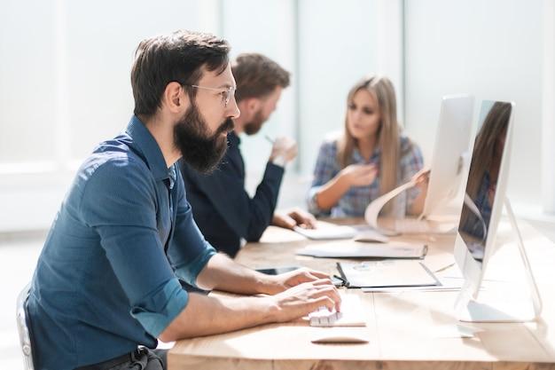 Empresário e um grupo de funcionários trabalhando no escritório