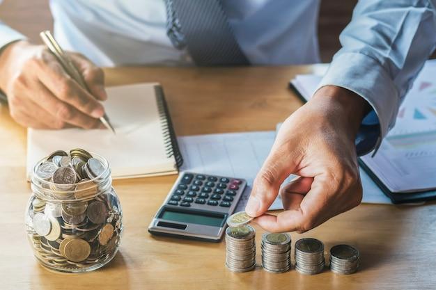 Empresário economizando dinheiro. conceito de finanças e accountimg