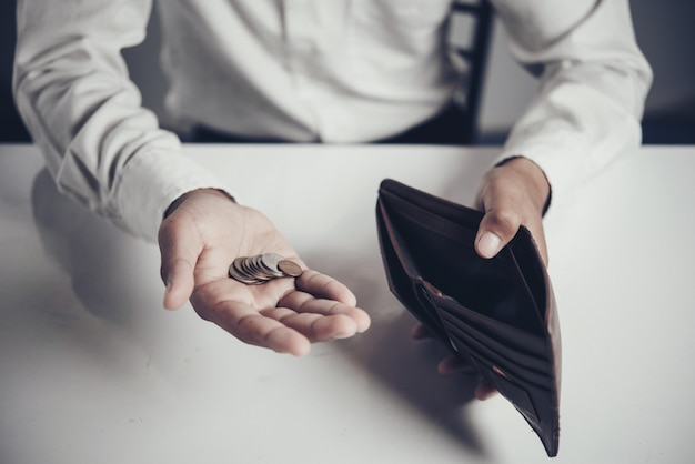 Empresário economizando dinheiro