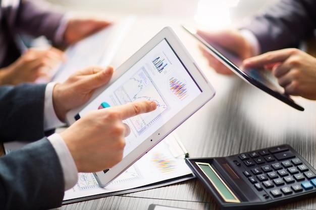 Empresário em avaliação financeira online em um tablet