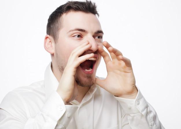 Empresário em camisa branca gritando