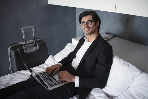 Empresário em casa pronto para viajar trabalha com seu laptop