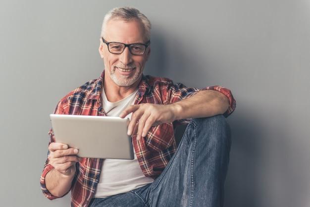 Empresário em copos está usando um tablet digital