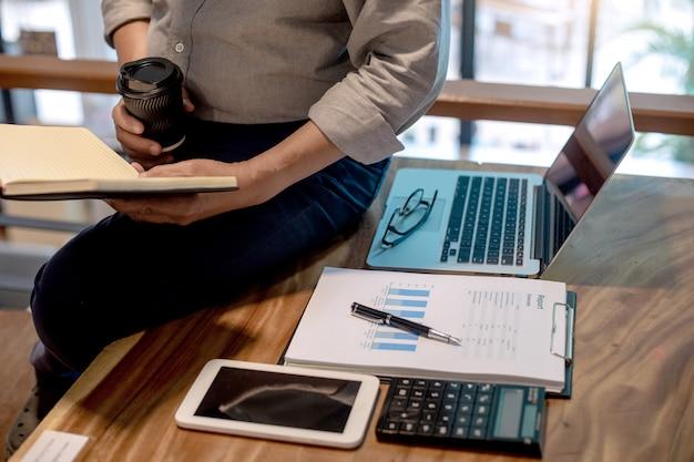 Empresário em estilo casual, trabalhando em cima da mesa
