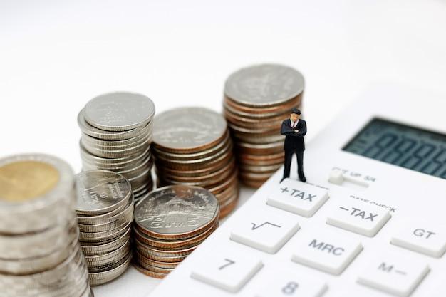Empresário em miniatura na calculadora