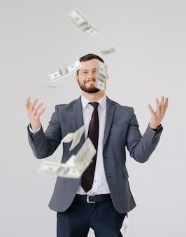 Empresário em retrato de terno. espalhando dinheiro