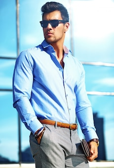 Empresário em roupa formal e óculos de sol