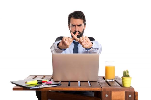 Empresário em seu escritório não faz nenhum gesto