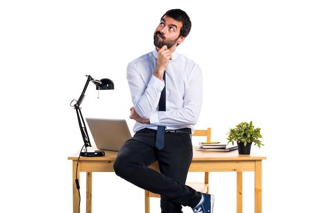 Empresário em seu escritório pensando