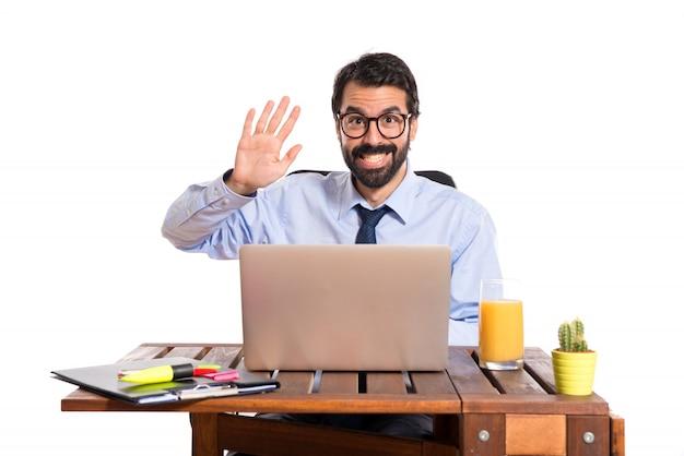 Empresário em seu escritório saudando alguém